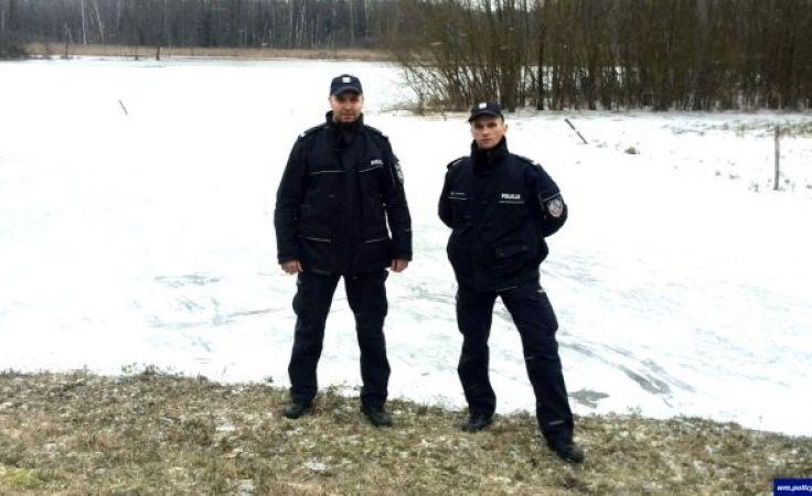 Z pomocą dziewczynkom ruszyli st. sierż. Piotr Olejniczak oraz st. sierż. Wojciech Ostrowski (fot. KWP Olsztyn)