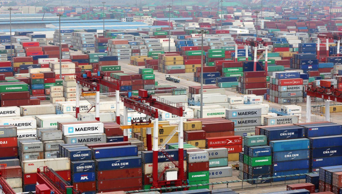 Kontenery z towarami w chińskim porcie Qingdao (fot. PAP/EPA/WU HONG)