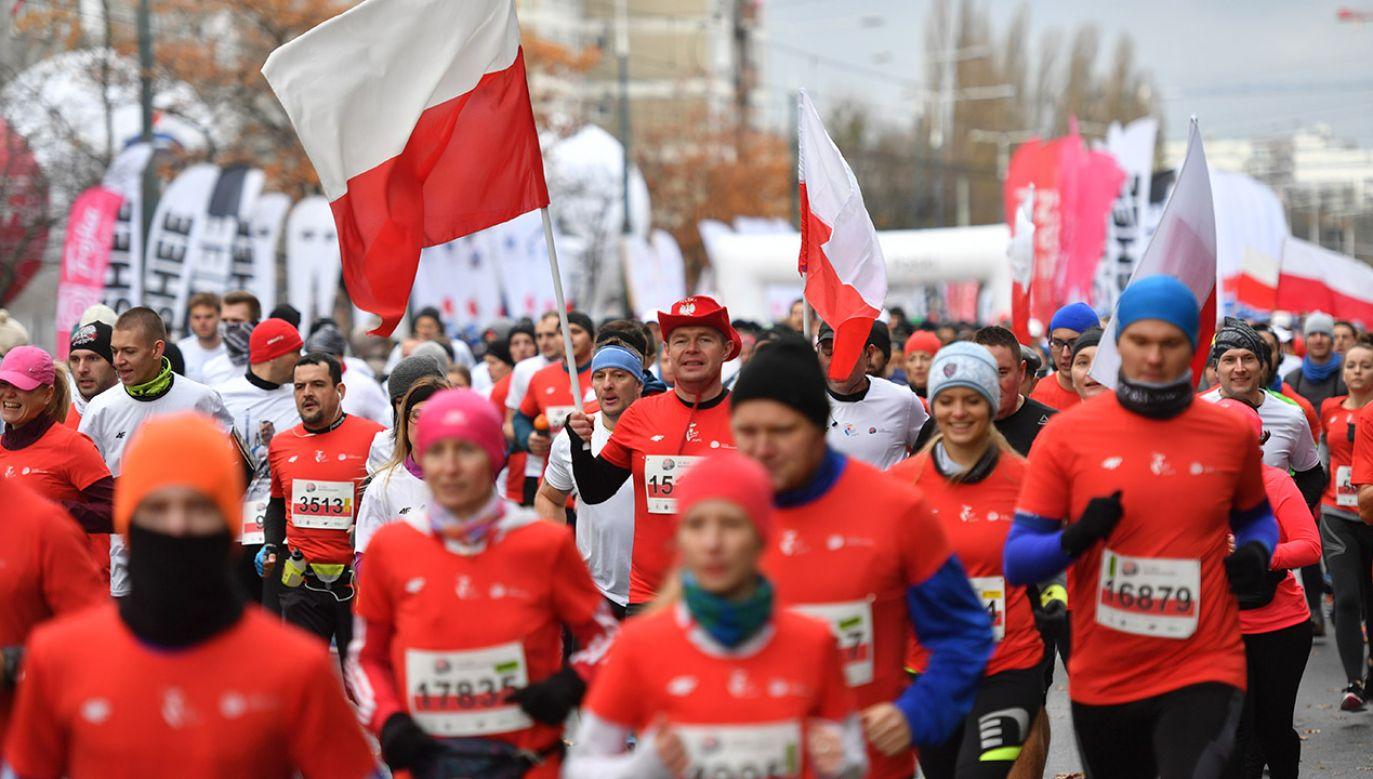 11 listopada, uczestnicy 30. Biegu Niepodległości mogą bezpłatnie przemieszczać się komunikacją miejską w Warszawie (fot. arch.PAP/Bartłomiej Zborowski)