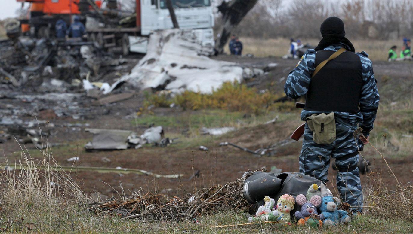 Uzbrojony mężczyzna zabezpiecza teren katastrofy malezyjskiego Boeinga 777 w Doniecku (fot. REUTERS/Antonio Bronic)