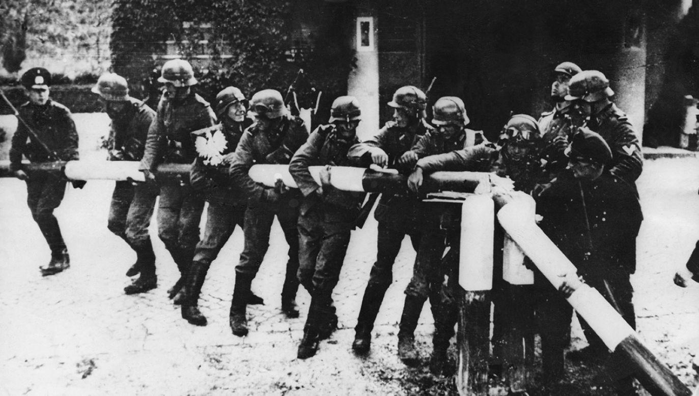 1 września 1939 r. Oddziały niemieckie zrywają szlaban na granicy niemiecko-polskiej w Sopocie (fot. Keystone/Getty Images)