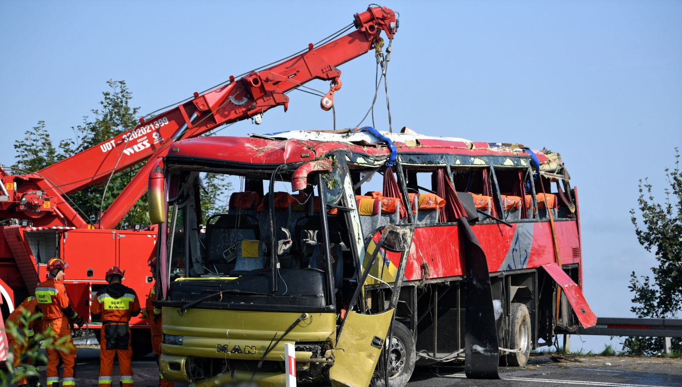 Wypadek autokaru wycieczkowego na drodze krajowej nr 28 w Leszczawie (fot. PAP/Darek Delmanowicz)