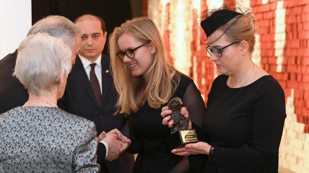 """Odebrawszy statuetkę Adamowicz podziękowała za przyznanie nagrody i za to, że jej mąż mógł znaleźć się """"w zacnym gronie"""" (fot. PAP/Adam Warżawa)"""