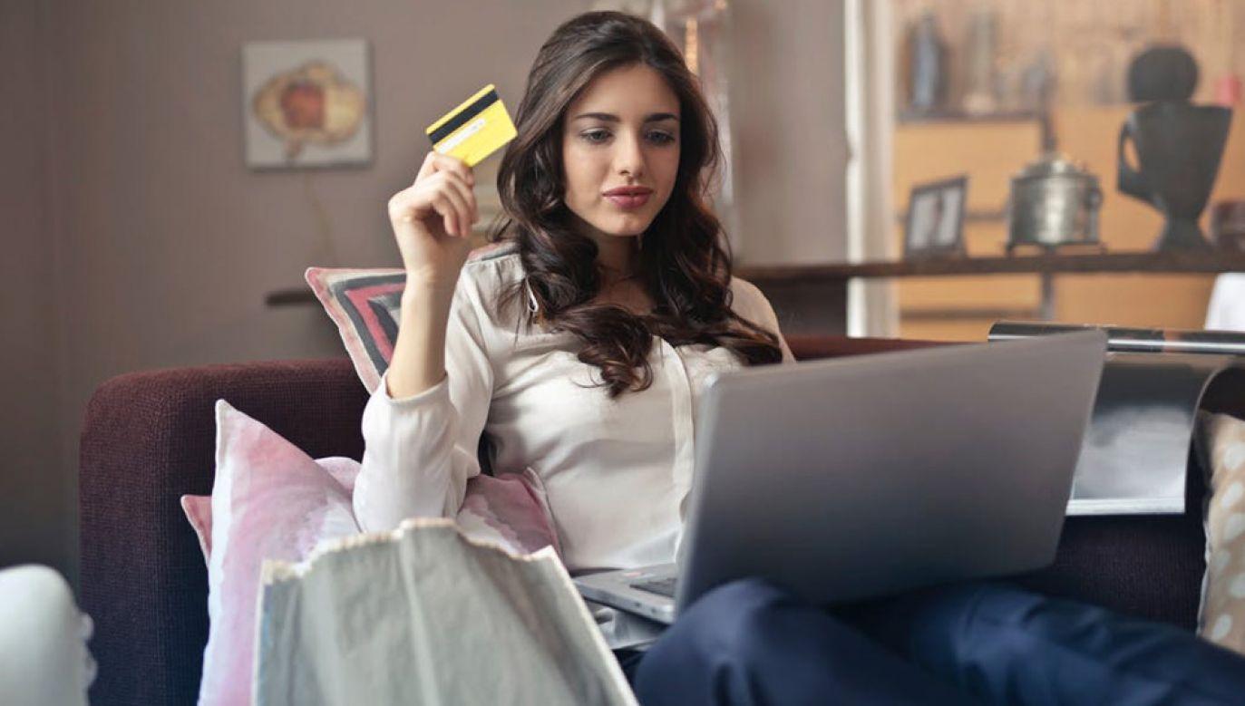 Polacy coraz częściej kupują w internecie (fot. Pexels/Bruce Mars)