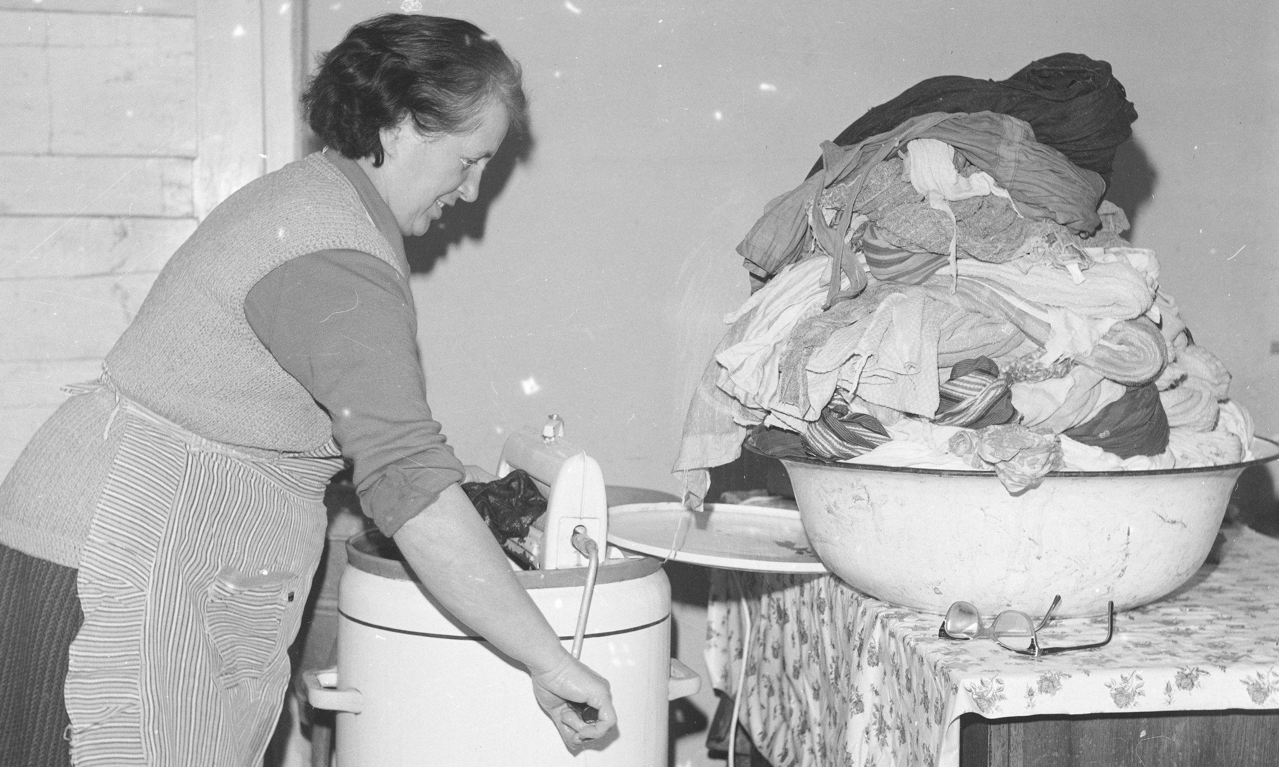 """Pranie w pralce wirnikowej """"Frania"""". Jadwiga Gawryś w swoim gospodarstwie rolnym we wsi Majdan pod Wołominem wyżyma uprane rzeczy. Marzec 1976 roku. Fot. NAC/Grażyna Rutowska, sygn. 40-2-12-1"""