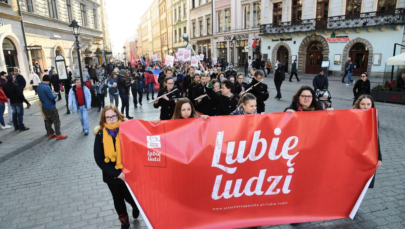 Uczestnicy Marszu Szlachetnej Paczki z okazji otwarcia bazy rodzin, którym w tym roku pomoże Szlachetna Paczka (fot. PAP/Jacek Bednarczyk)