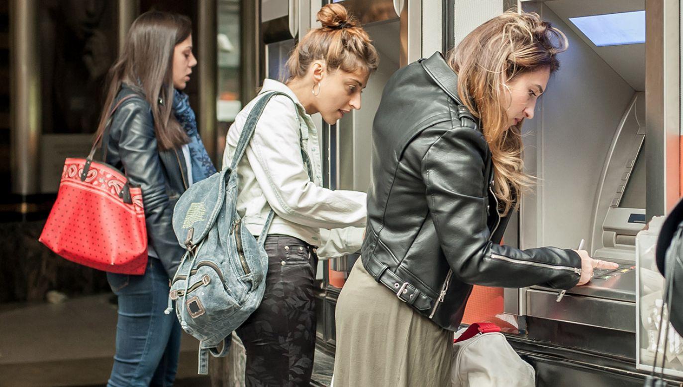 Jak wynika z badań CBOS, 68 proc. Polaków ufa, że ich pieniędze w bankach są bezpieczne  (fot. Shutterstock/guruXOX)