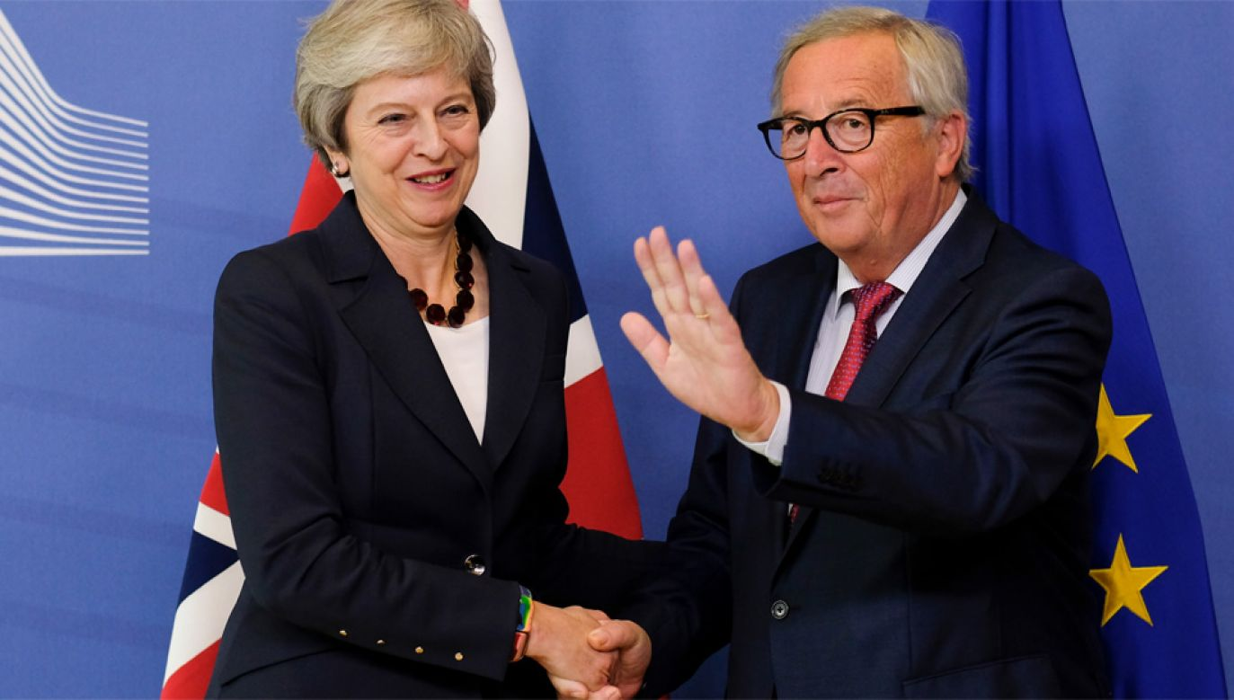 Premier Wielkiej Brytanii Theresa May i szef Komisji Europejskiej Jean-Claude Juncker (fot. PAP/EPA/OLIVIER HOSLET)