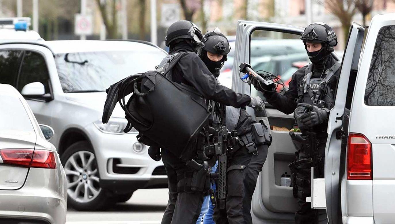 Funkcjonariusze policji na miejscu strzelaniny w Utrechcie (fot. REUTERS/Piroschka van de Wouw)