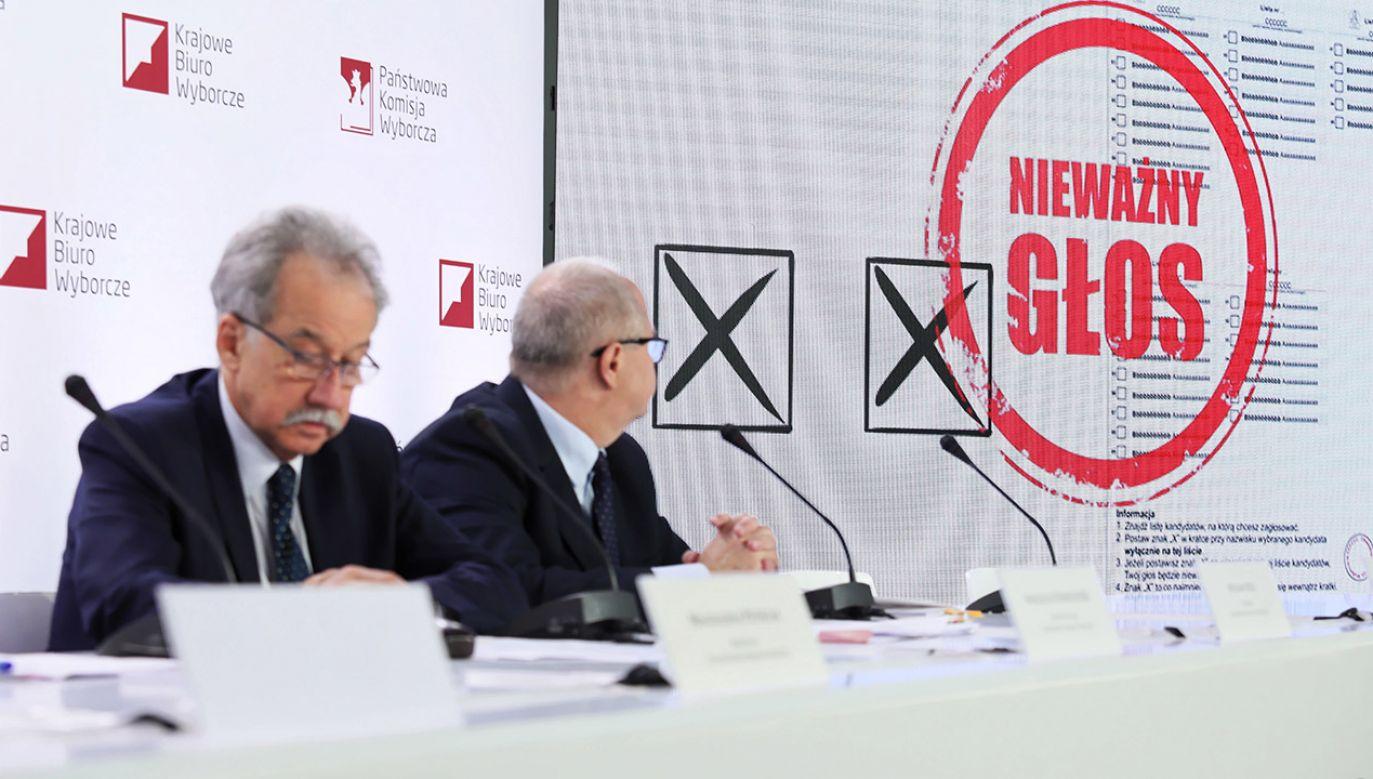 Przewodniczący PKW Wojciech Hermeliński (L) oraz członek komisji, sędzia SN Wiesław Błuś (2L) podczas pierwszej konferencji prasowej Państwowej Komisji Wyborczej nt. wyborów samorządowych (fot. PAP/Leszek Szymański)