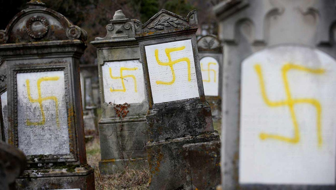 Sprofanowane nagrobki na cmentarzu Quatzenheim (fot. REUTERS/Vincent Kessler)