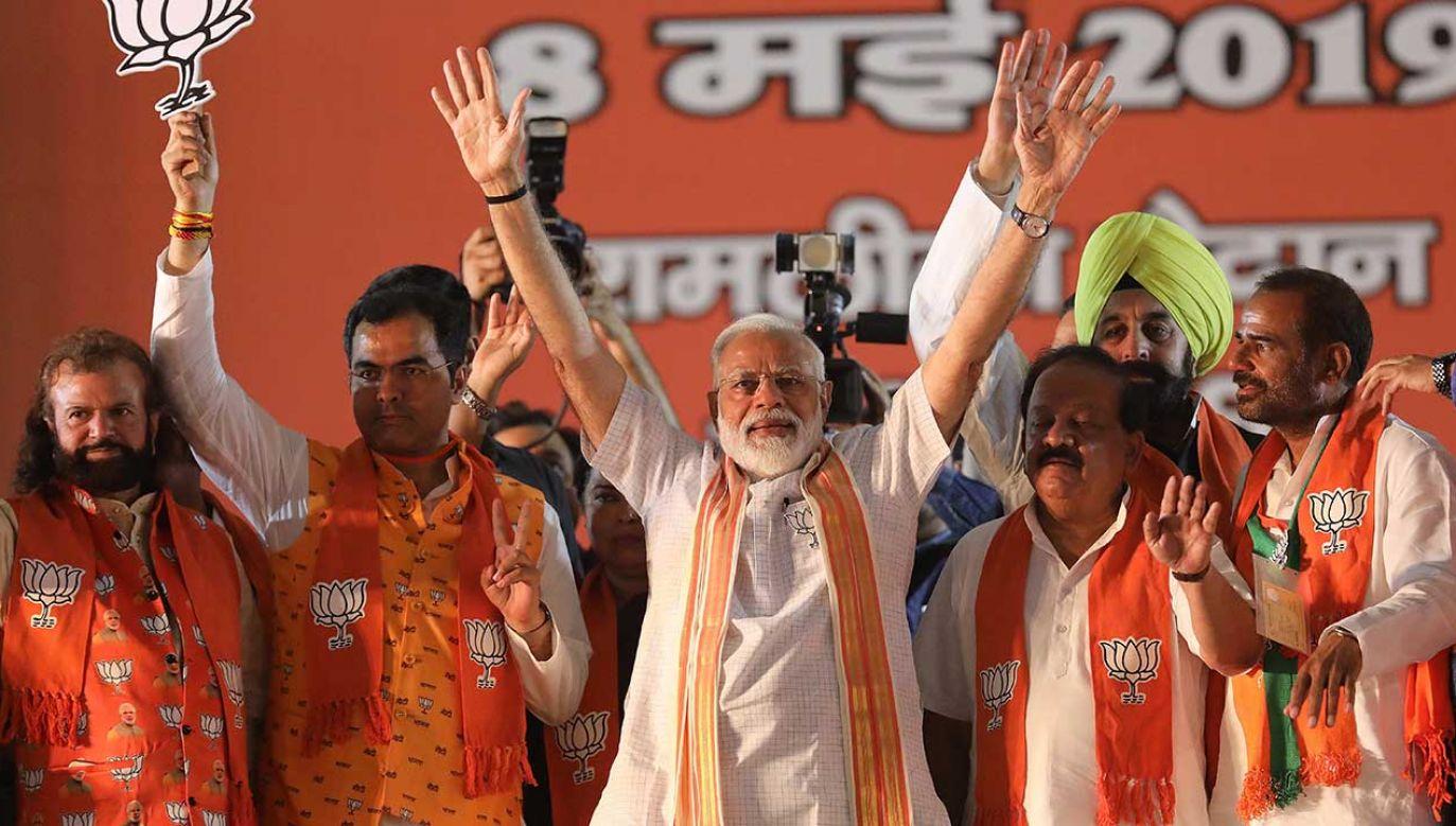 Większość sondaży wskazuje na wygraną Indyjskiej Partii Ludowej, co dawałoby Modiemu kolejną kadencję na stanowisku premiera (fot. PAP/EPA/HARISH TYAGI)