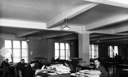 Sala redakcyjna Pałacu Pracy w roku 1929. Dziennikarze podczas pracy. Fot. NAC/IKC