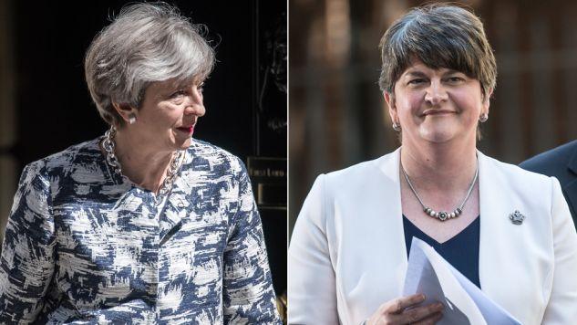 Theresa May i  Arlene Foster podpisały porozumienie (fot. Carl Court/Getty Images)