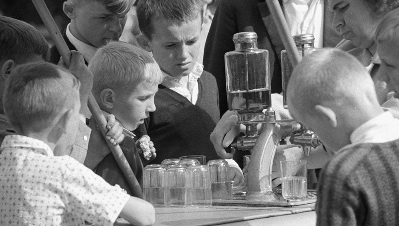 Woda z sokiem, czyli najpopularniejszy napój w PRL (fot. arch.PAP/CAF/Bolesław Miedza)