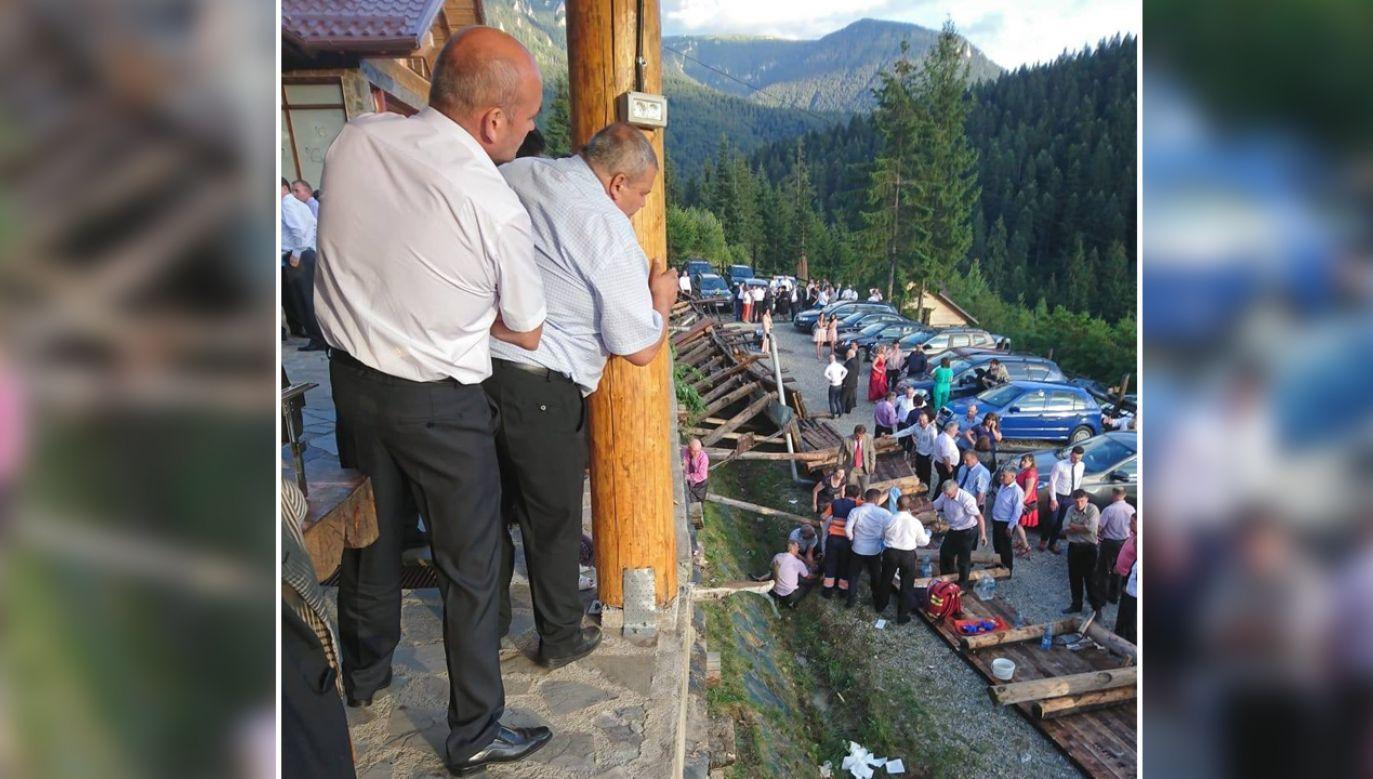 Uczestnicy wesela spadli z wysokości ok. 3 metrów (fot. fb/Departamentul pentru Situaţii de Urgenţă)
