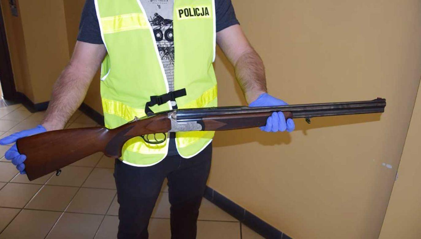 Wystrzelony przez niego pocisk przebił żaluzję i okno w pobliskim domu jednorodzinnym (fot. slaska.policja.gov.pl)