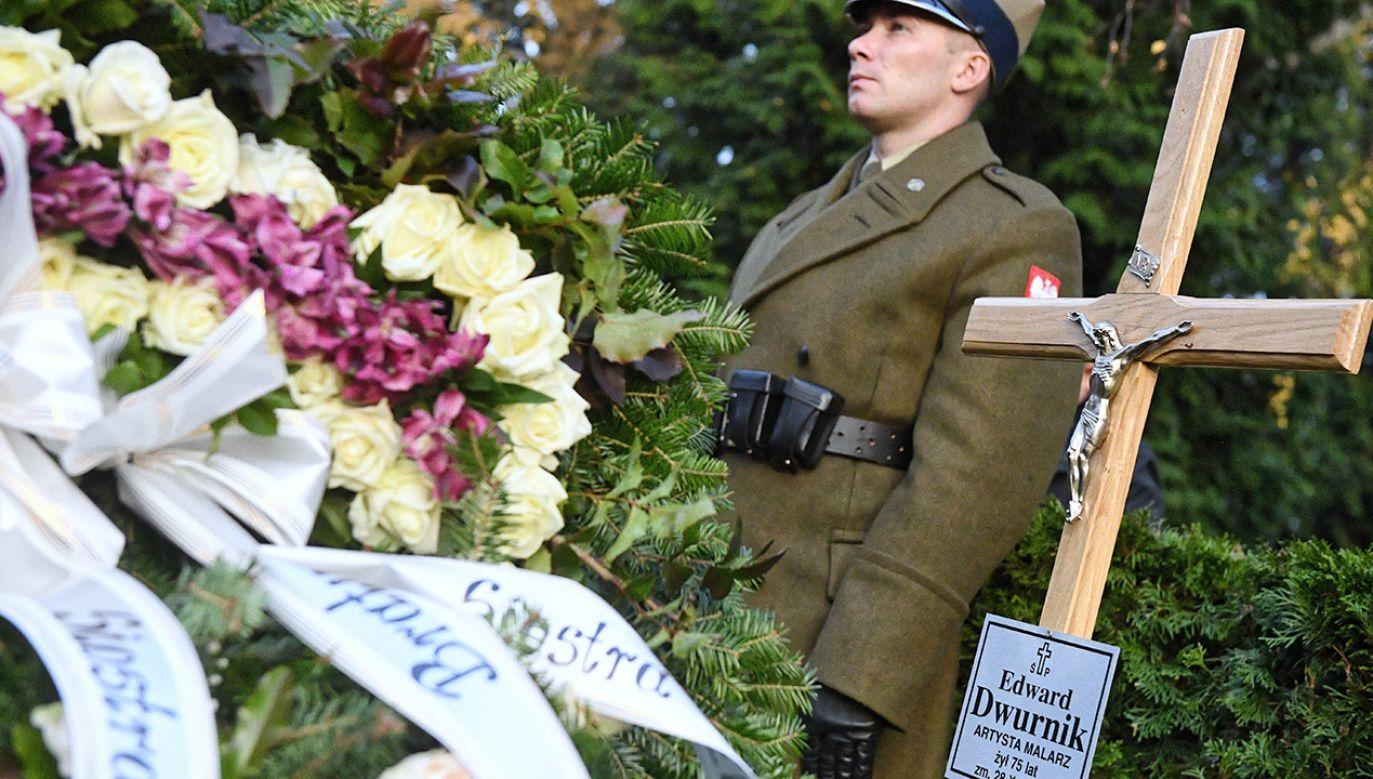 Urna z prochami Edwarda Dwurnika spoczęła w sąsiedztwie grobu Tomasza Stańki (fot. PAP/Jacek Turczyk)