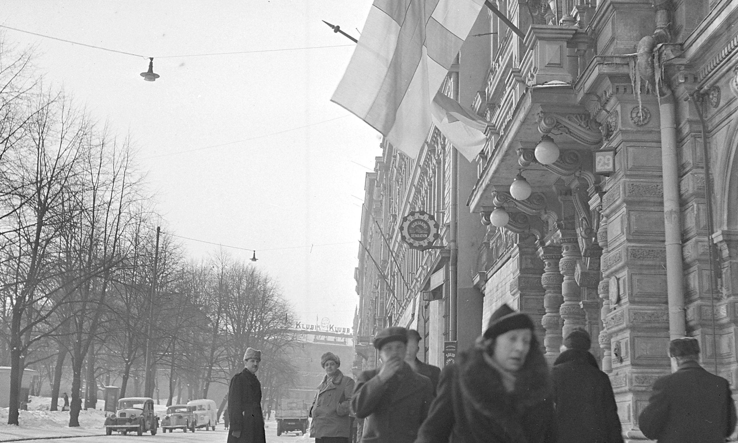 Flagi fińskie opuszczone do połowy masztu po ogłoszeniu warunków pokojowych. Helsinki, marzec 1940. Fot. Wikimedia Commons/https://www.finna.fi/Record/sa-kuva.sa-kuva-107696, Finnish Wartime Photograph Archive (SA-Kuva), Domena publiczna