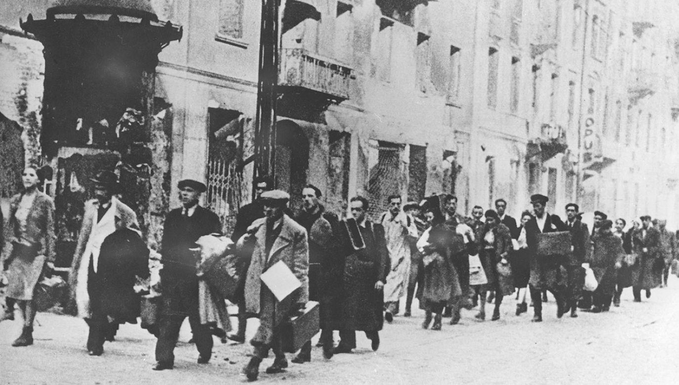 Niemcy od lata 1942 r. wywozili Żydów z getta do obozów zagłady (fot. Votava/Imagno/Getty Images)