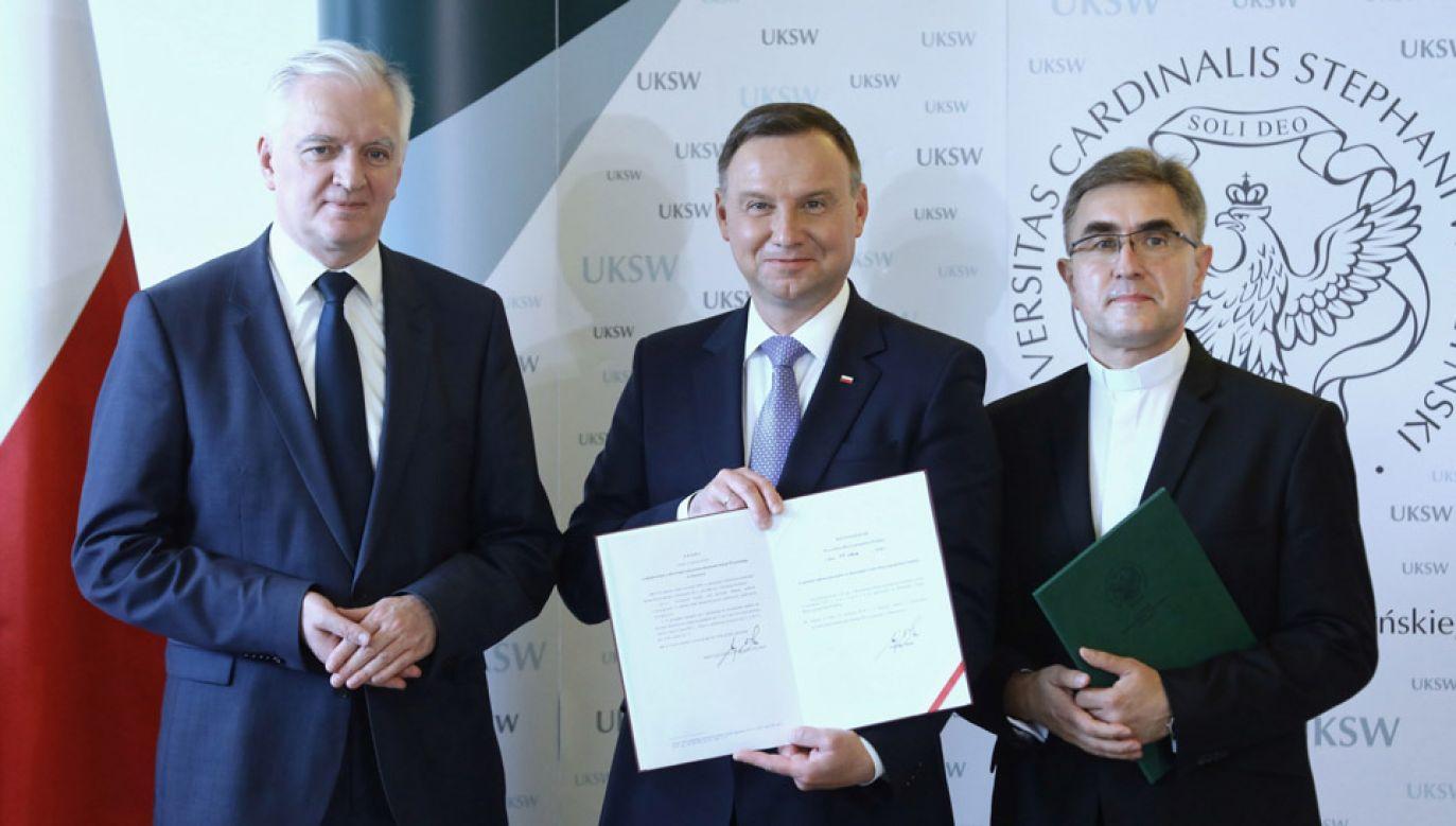 Wicepremier Jarosław Gowin, prezydent Andrzej Duda i rektor UKSW ks. prof. dr hab. Stanisław Dziekoński (fot. PAP/Rafał Guz)