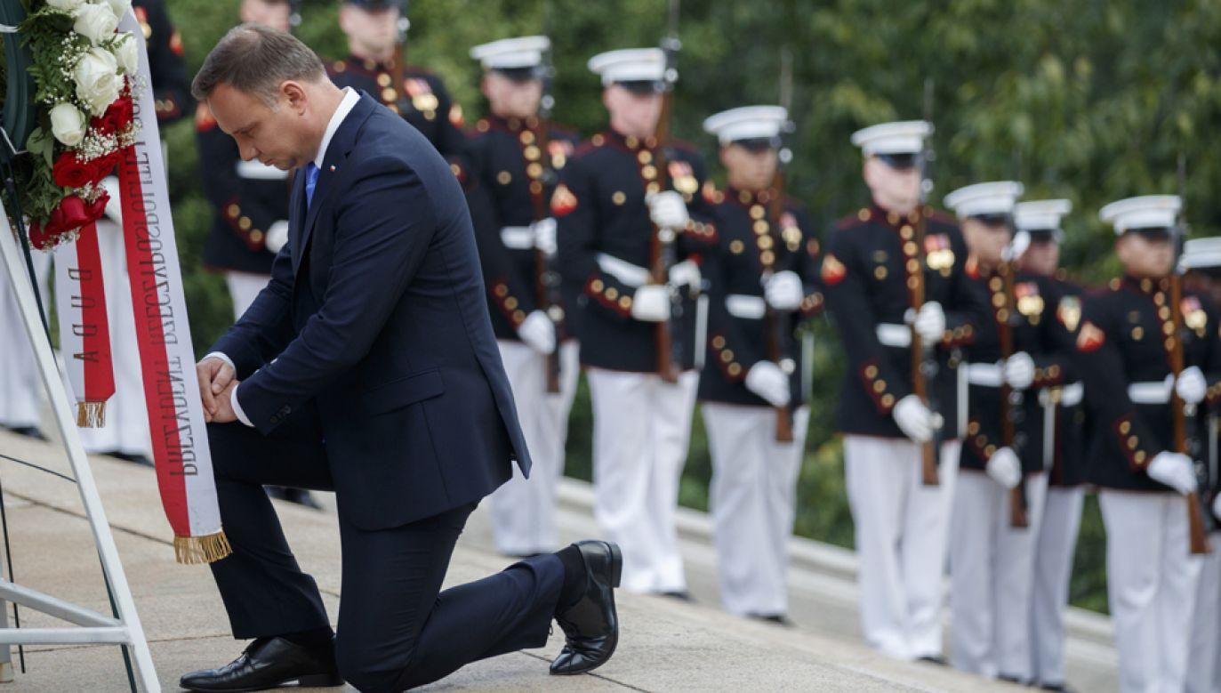 Prezydent Andrzej Duda (P) składa wieniec przed Grobem Nieznanych Żołnierzy na Cmentarzu Narodowym w Arlington w Waszyngtonie  (fot. PAP/EPA/SHAWN THEW)
