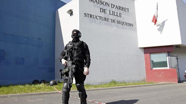 Polak czekał na rozpoczęcie procesu we francuskim więzieniu (fot. REUTERS/Pascal Rossignol)