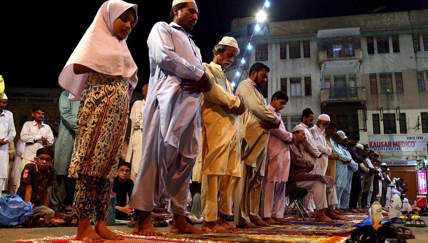 Podczas ramadanu muzułmanie powinni pościć od wschodu do zachodu słońca (fot. PAP/EPA/SHAHZAIB AKBER)