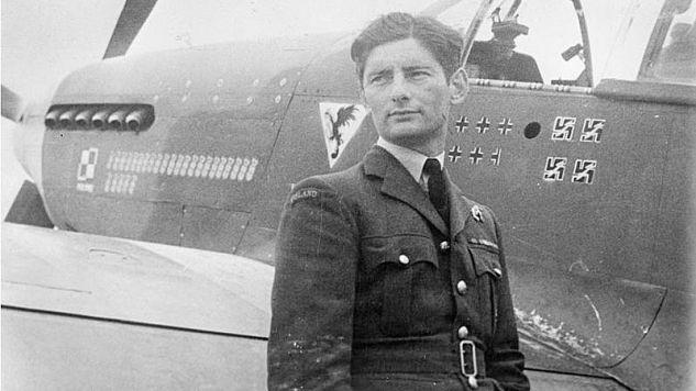 Eugeniusz Horbaczewski przed swoją maszyną, 2 sierpnia 1944 roku (fot. Wikipedia.com)