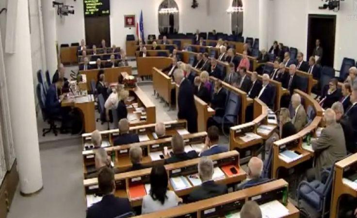 Senat przyjął ustawę o SN, a w miastach nadal trwają protesty