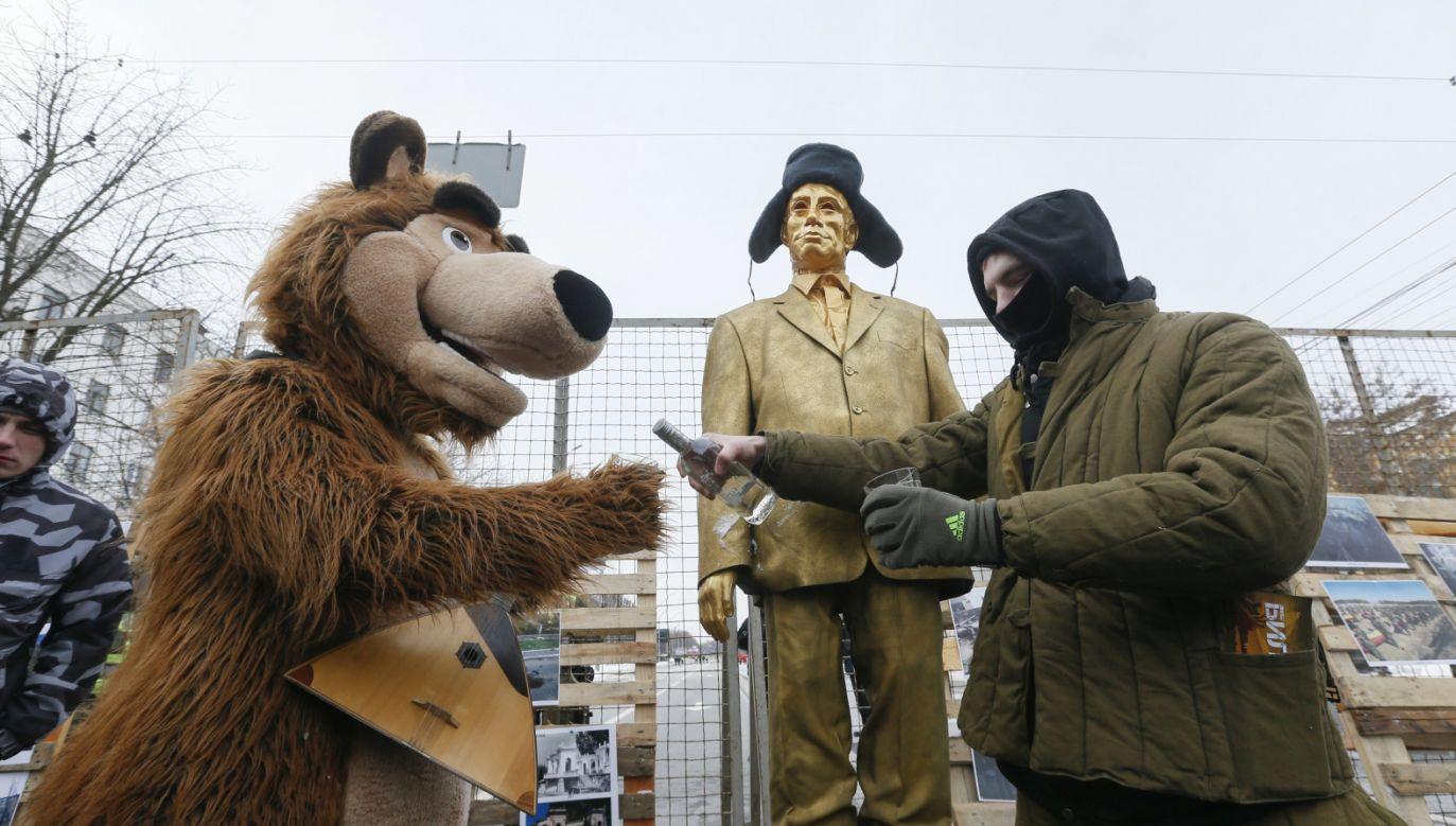 Protest przed rosyjską ambasadą w Kijowie (fot. PAP/EPA/SERGEY DOLZHENKO)