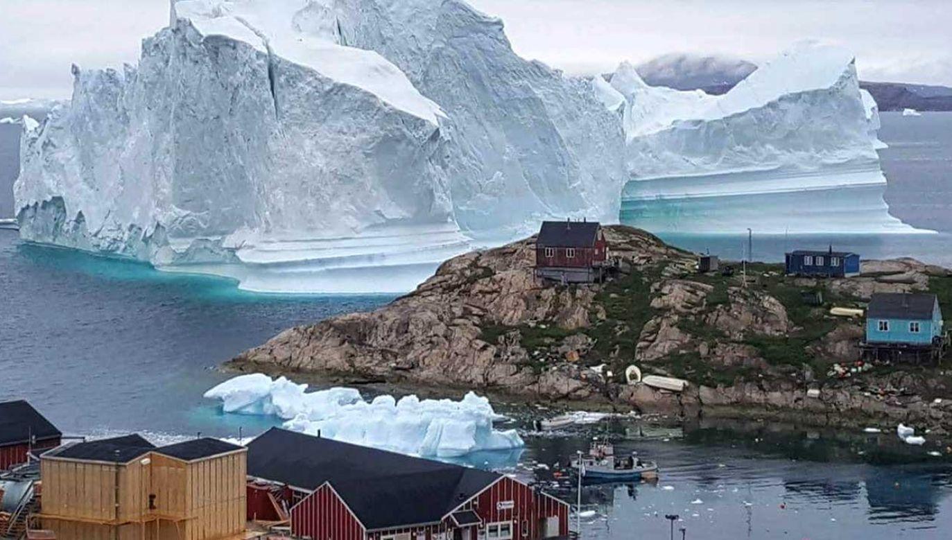 Służby obawiają się, że odpadające kawałki lodu spowodują utworzenie się bardzo dużych fal (fot. PAP/EPA/KARL PETERSEN)
