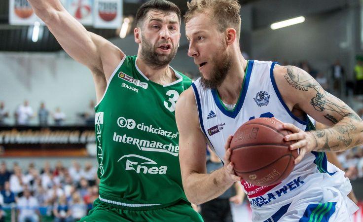 Adam Hrycaniuk (Stelmet, L) zatrzymuje Jakuba Wojciechowskiego (Anwil, P) (fot. PAP)