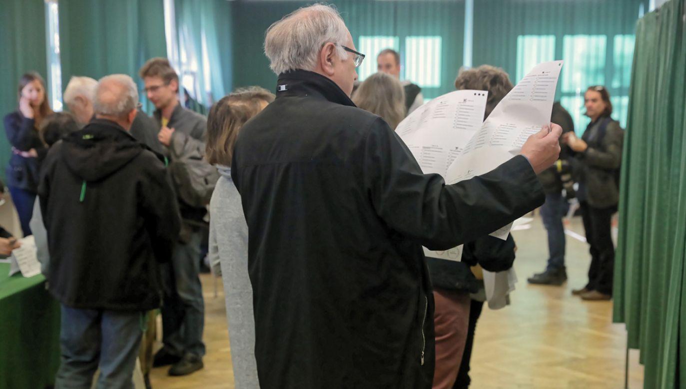 Policja o incydentach podczas pierwszej tury wyborów samorządowych  (fot. PAP/Tomasz Gzell)