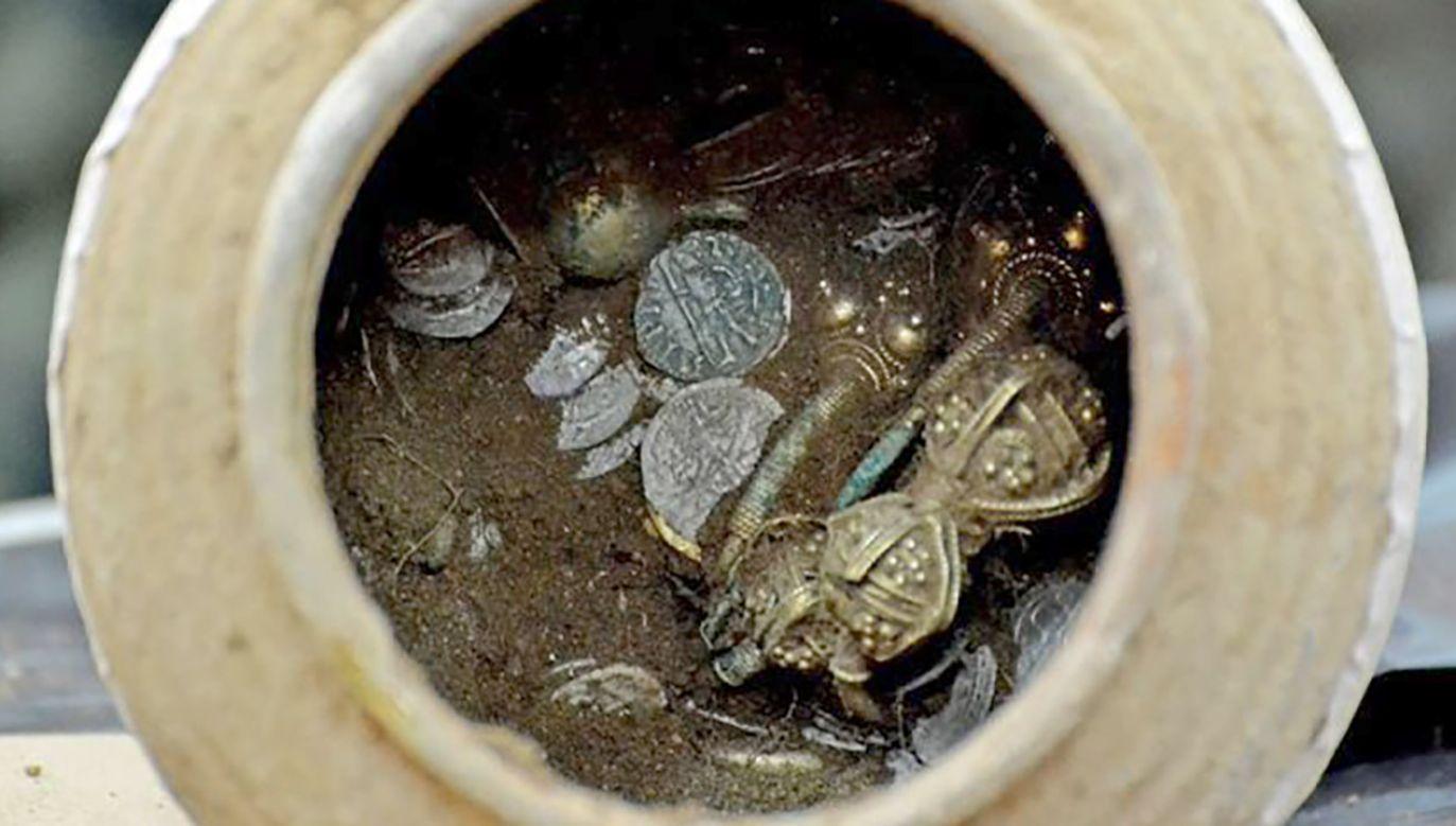 Blisko tysiąc artefaktów – złotych i srebrnych monet oraz precjozów – zawierał dzban wykopany w ruinach fortecy w Bułgarii (fot. National Museum of History)