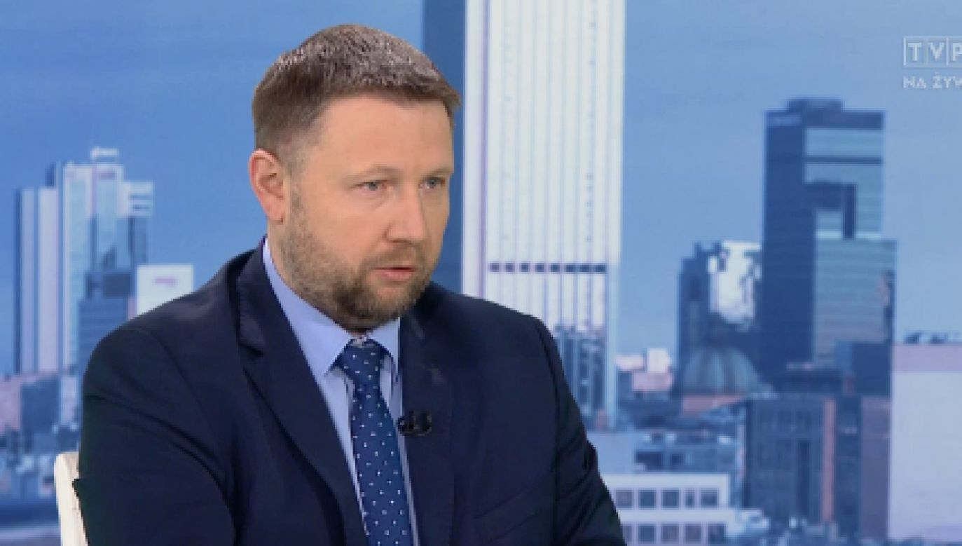 """Poseł PO Marcin Kierwiński był gosciem programu """"Kwadrans polityczny"""" w TVP1 (fot. TVP1)"""