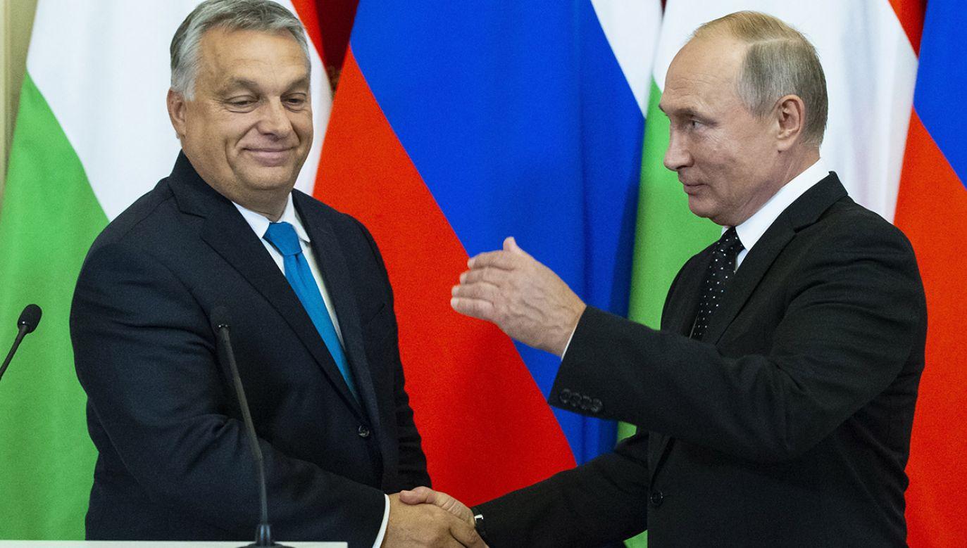 Dzięki Orbánowi Putin może wykazać, że cieszy się poparciem członka UE i NATO, uważają węgierscy analitycy (fot. PAP/EPA/ALEXANDER ZEMLIANICHENKO / POOL)