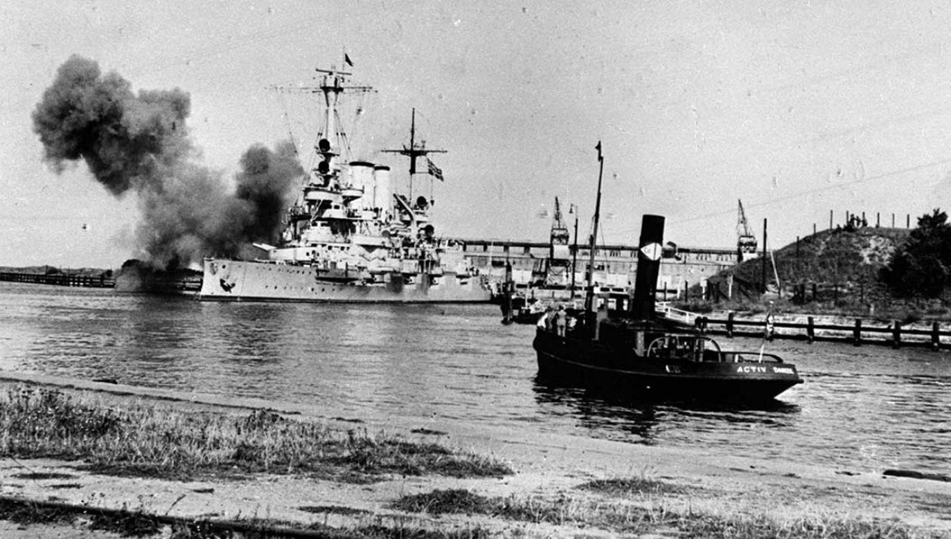 Niemiecki okręt Schleswig Holstein ostrzeliwujący polską placówkę na Westerplatte w Gdańsku fot. archiwum PAP)