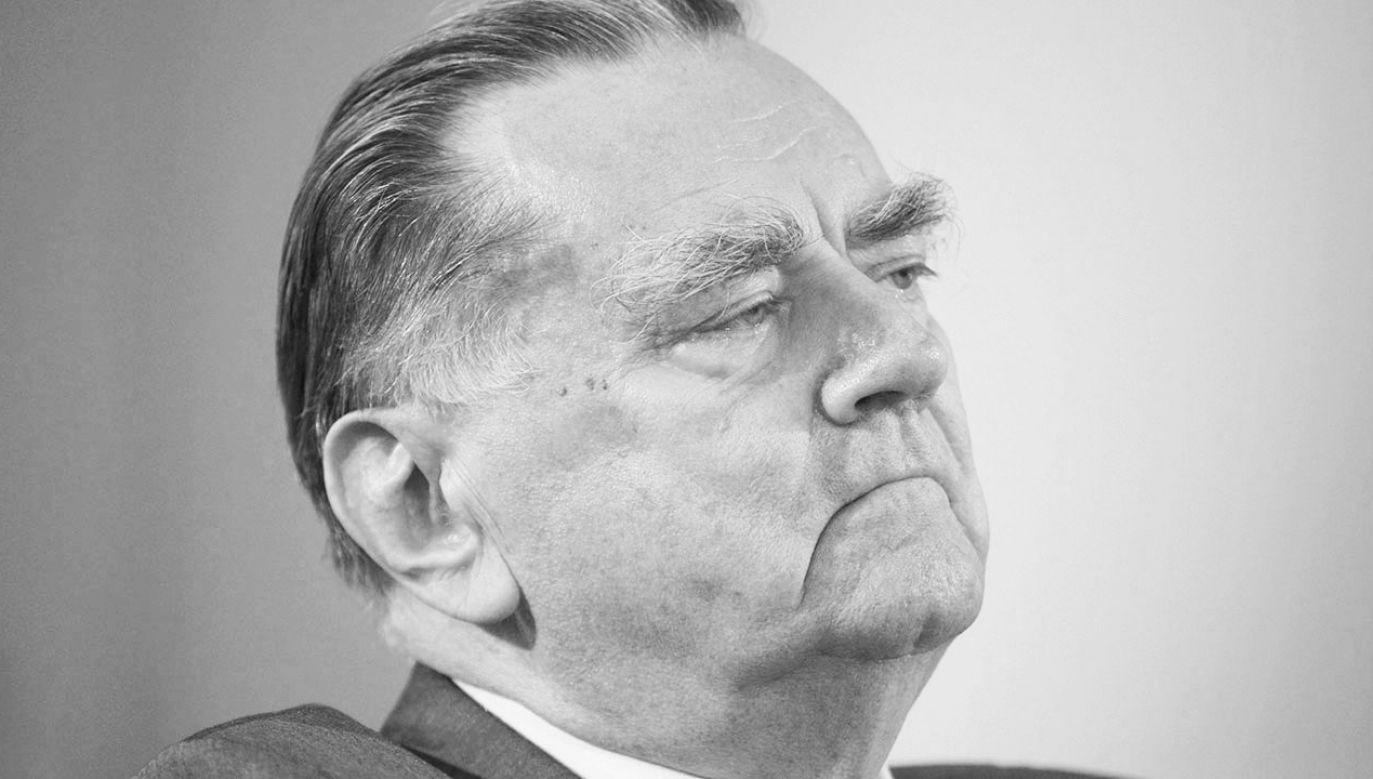 Projekt stanowiska ws. budowy pomnika Jana Olszewskiego stołeczni radni PiS wnieśli w czwartek (fot. arch.PAP)