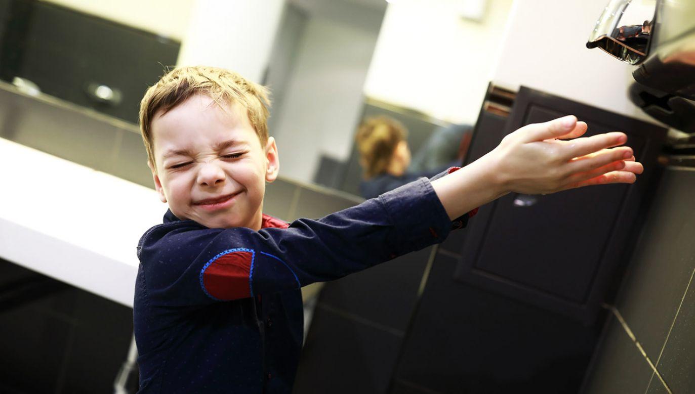 Suszarki do rąk mogą stanowić zagrożenie dla zdrowia (fot. Shutterstock/Chubykin Arkady)