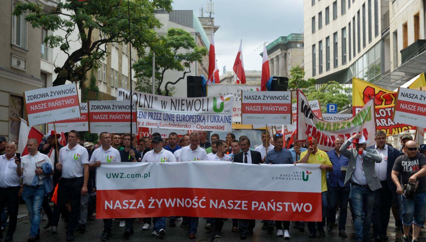 Od kilku dni producenci owoców miękkich protestują przeciwko niskim cenom skupu (fot. PAP/Jakub Kamiński)