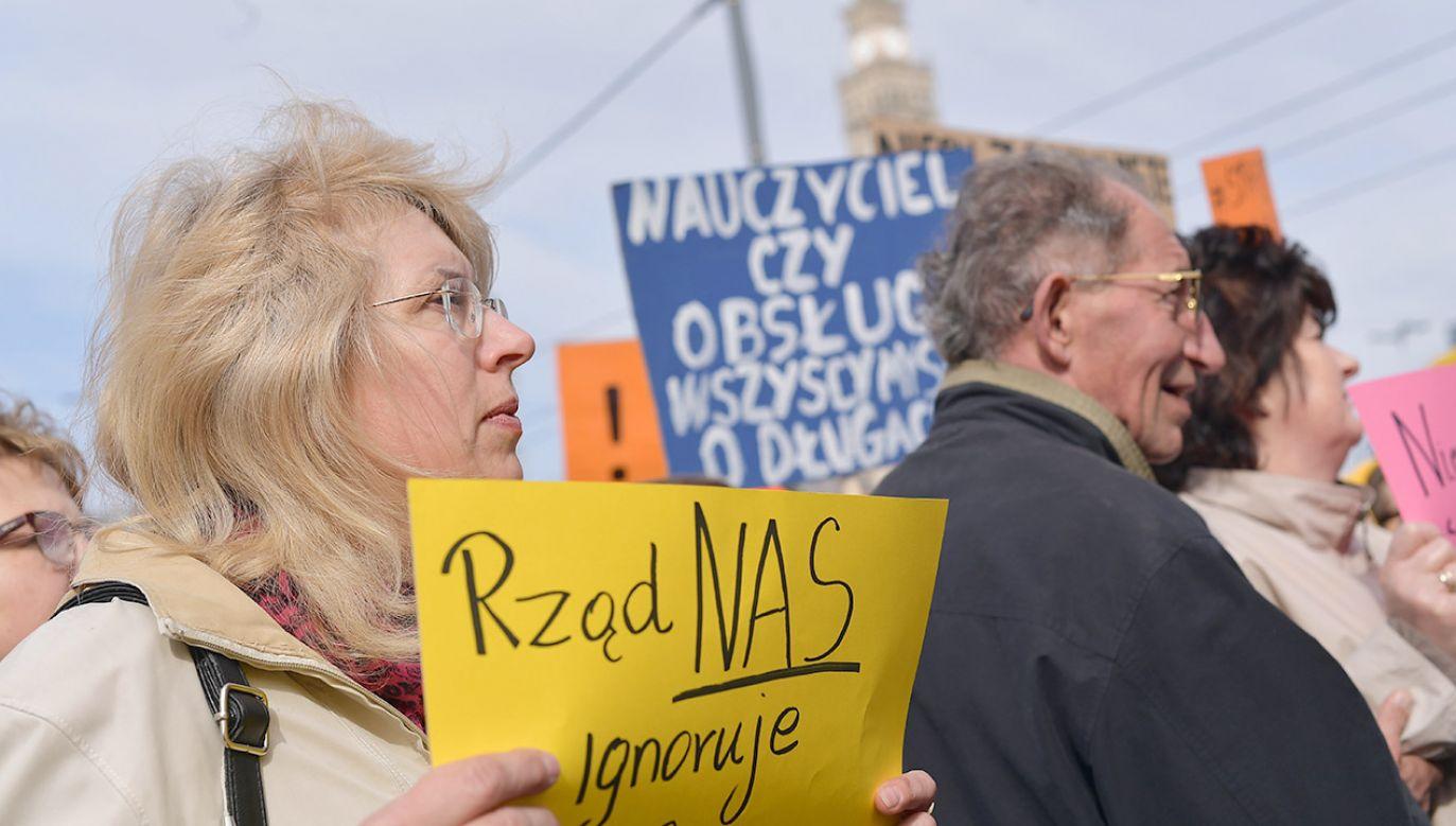 """Uczestnicy """"Ogólnopolskiej Manifestacji dla Szkoły"""", 24 bm. w Warszawie (fot. PAP/Marcin Obara)"""