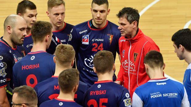 acc2884f2 Piotr Frelek (w czerwonej bluzie) po raz ostatni poprowadził Pogoń w środę  przeciwko VIVE (fot. PAP/Marcin Bielecki)