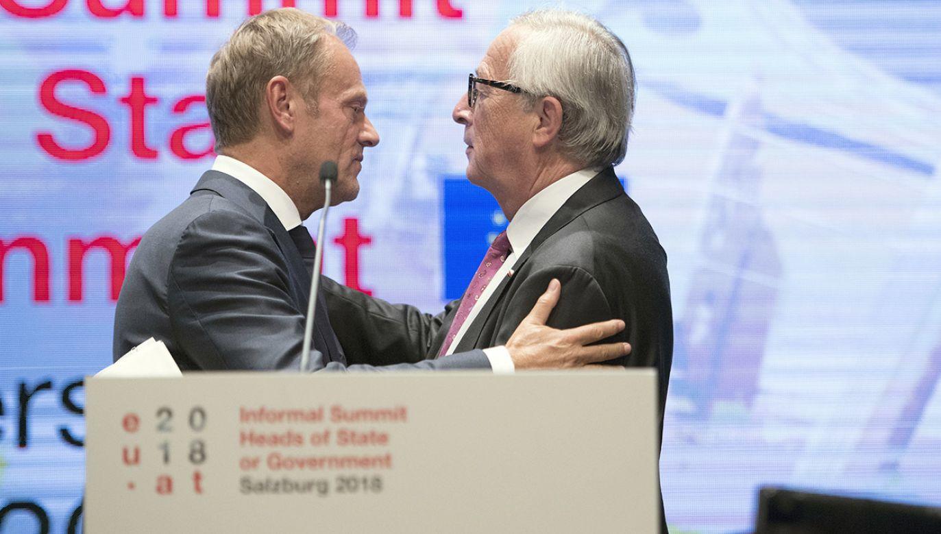 Szef Rady Europejskiej Donald Tusk i szef Komisji Europejskiej Jean-Claude Juncker (fot. PAP/EPA/ANDREAS SCHAAD)
