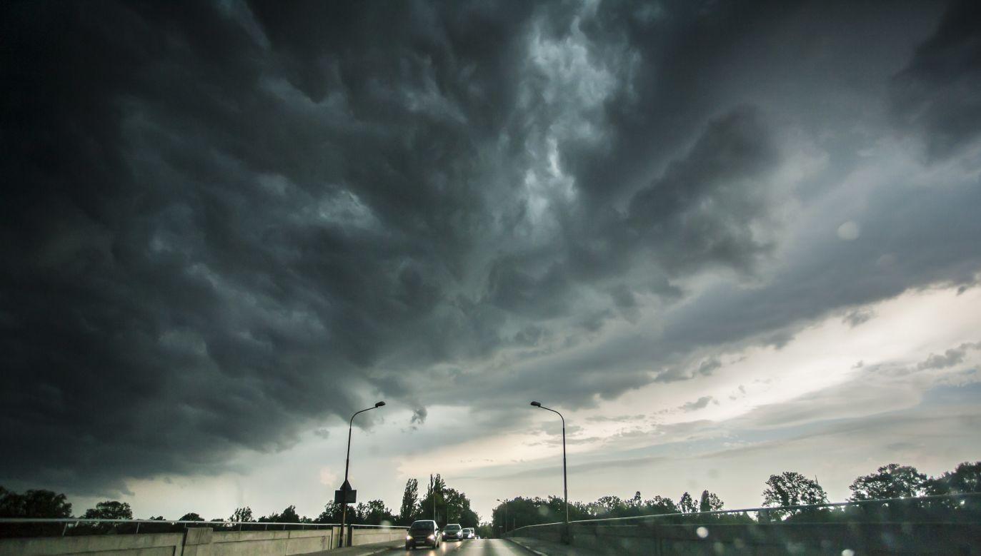 Chmury burzowe nad mostami Chrobrego we Wrocławiu (fot. PAP/Aleksander Koźmiński)