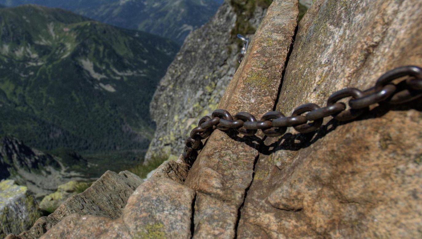 Zimą korzystanie z zabezpieczeń w postaci łańcuchów jest trudniejsze niż latem (fot. pixabay/jarekgrafik)