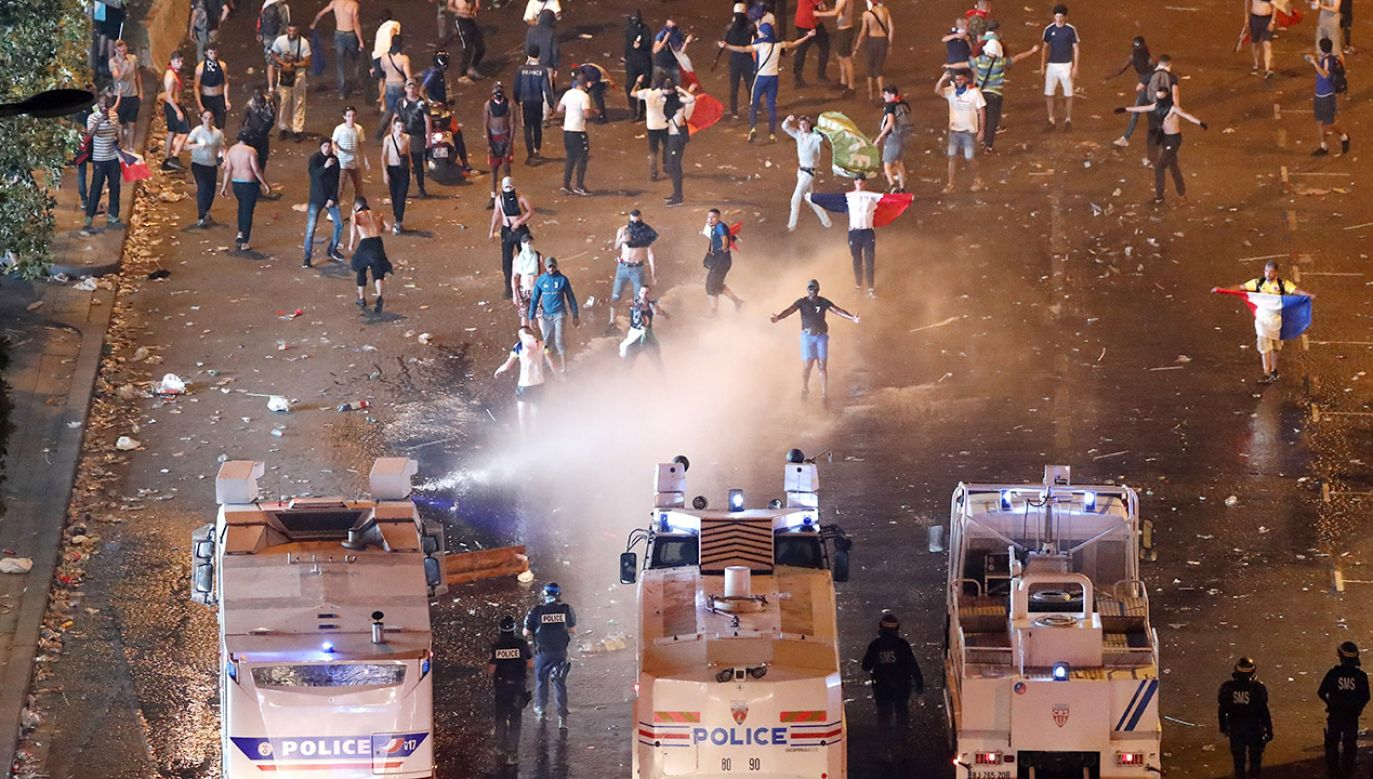 Świętowanie w strefach kibica w kilku miastach zakończyło się niszczeniem sklepów, barów i wybijaniem szyb (fot. PAP/ EPA/GUILLAUME HORCAJUELO )