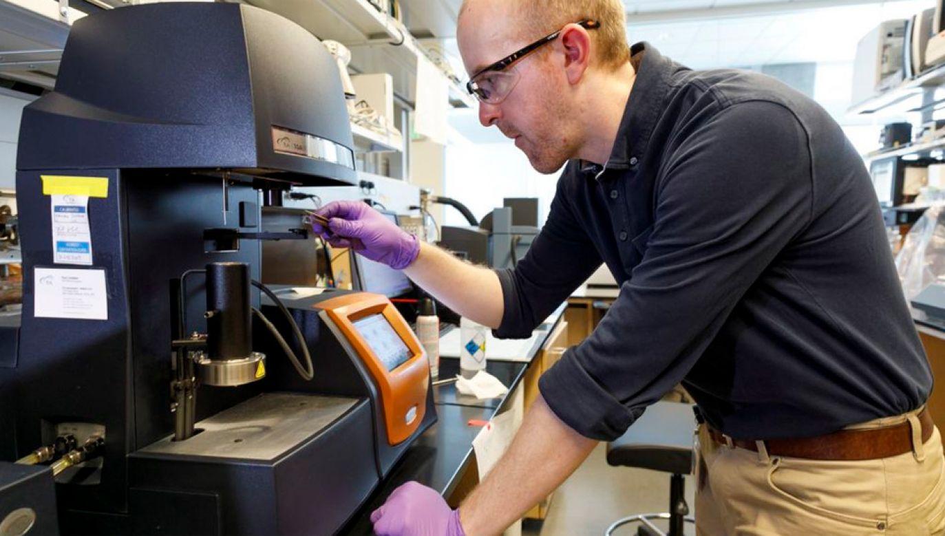 Nowe wypełnienie wykorzystuje dodatek tiouretanu (fot. OHSU)