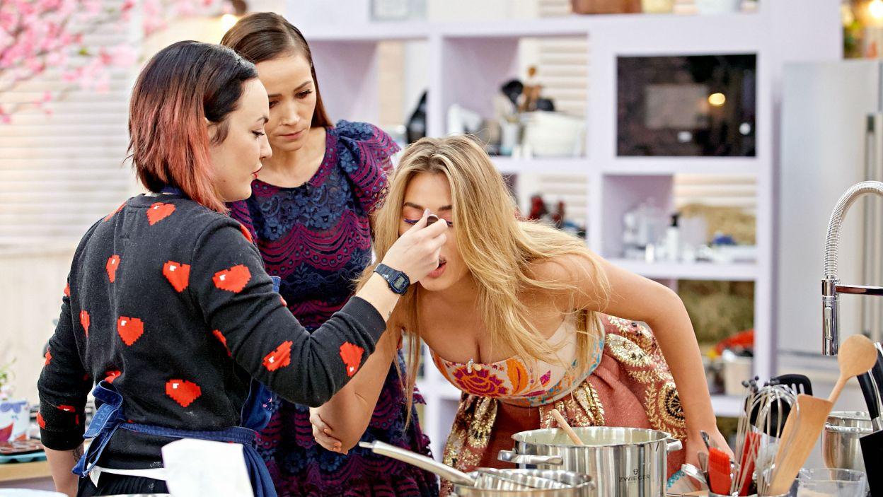Gosia wie, jakim łasuchem jest Marcelina. Przed spróbowaniem tortowej masy nie powstrzyma jej nawet Dorota (fot. TVP).