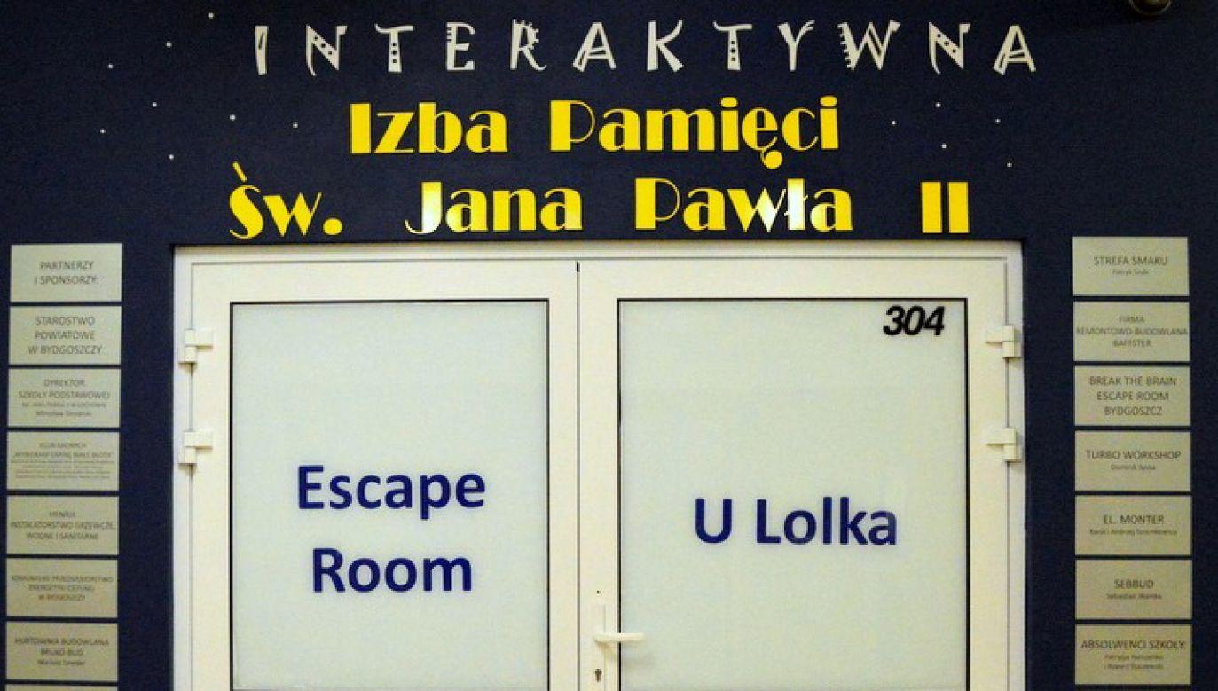 """Przestrzeń escape roomu została podzielona na trzy pomieszczenia: Wadowice, Kraków i Watykan (fot. FB/Escape Room """"U Lolka"""")"""
